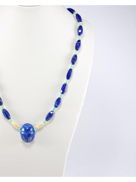 Collier en lapis lazuli, scarabée
