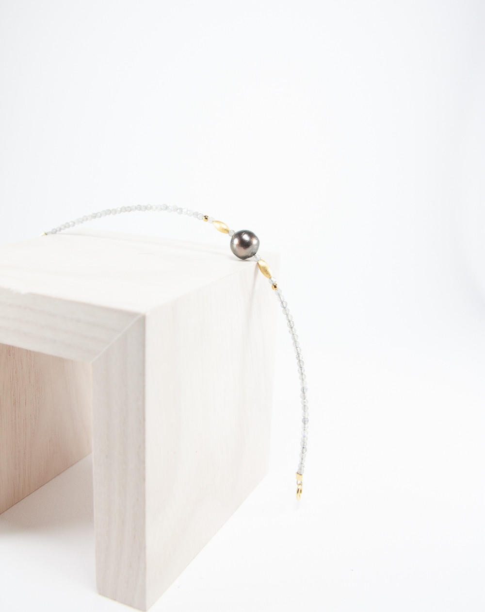Bracelet Signature Labradorite Perle de Tahiti, Sanuk Création. Créateurs Français