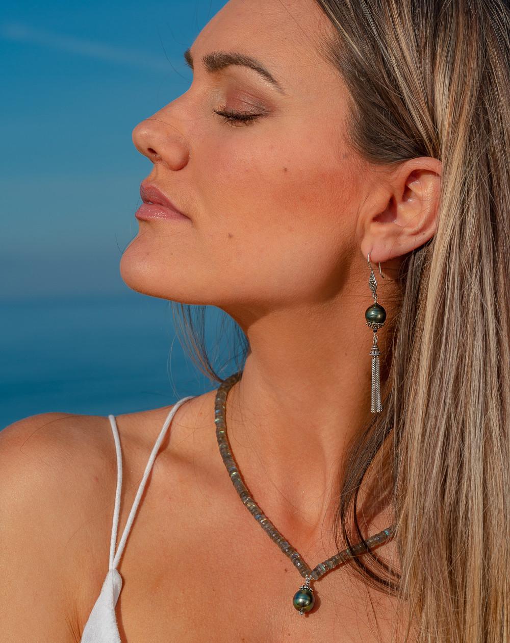 Boucles d'oreilles Perle de Tahiti et pompon, Sanuk Création. Créateurs Français