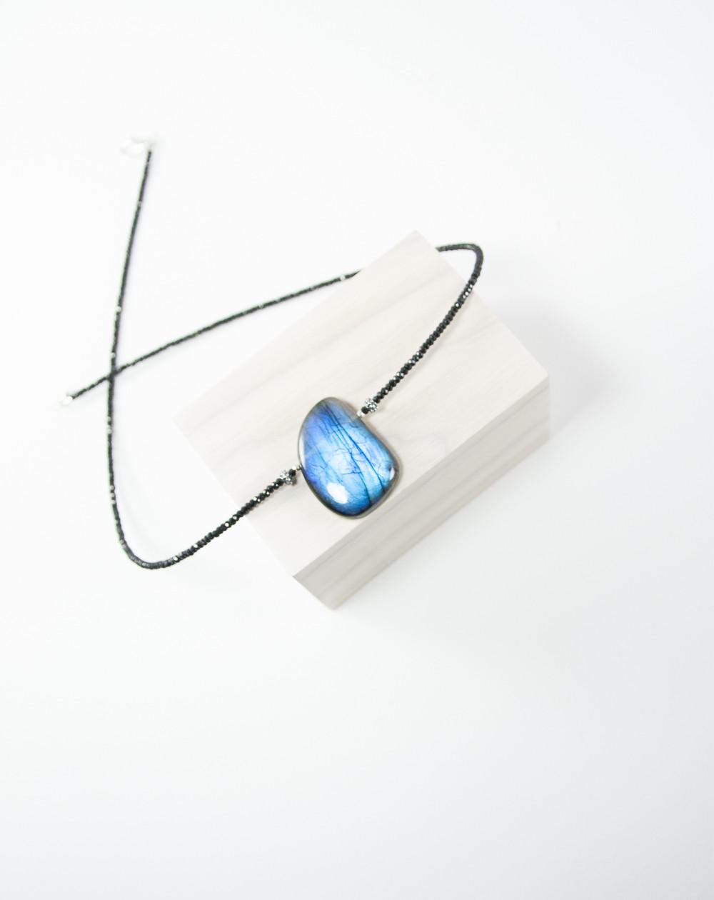 Collier en Spinelle noir pendentif en Labradorite. Sanuk Création