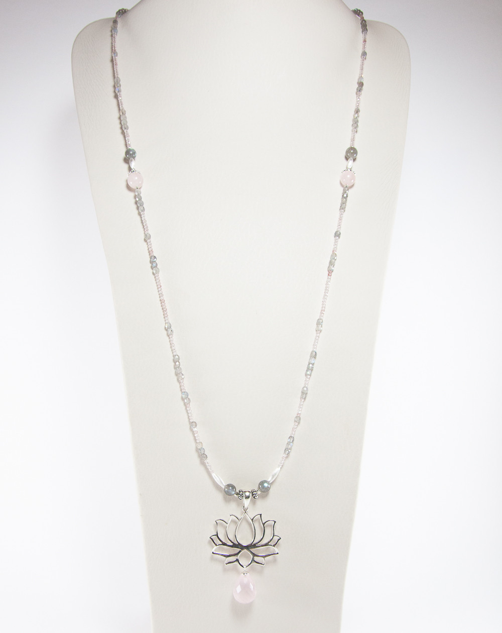 Sautoir Fleur de Lotus Quartz rose Labradorite, collection Dokbua. Créateurs Français, Sanuk Création